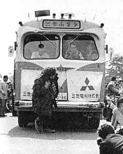 神宮絵画館で、バスを引っ張った